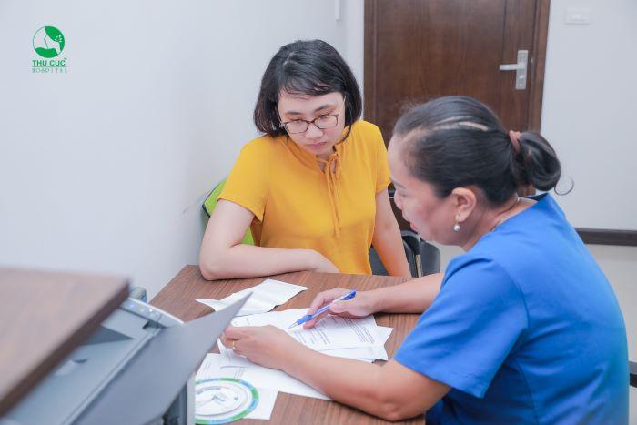 Bác sĩ Khoa Phụ sản - Bệnh viện ĐKQT Thu Cúc đang tư vấn tận tình cho người bệnh.