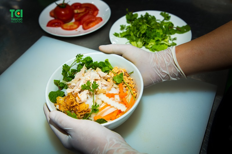Đầu bếp có thể chế biến món ăn đa dạng từ Á - Âu.