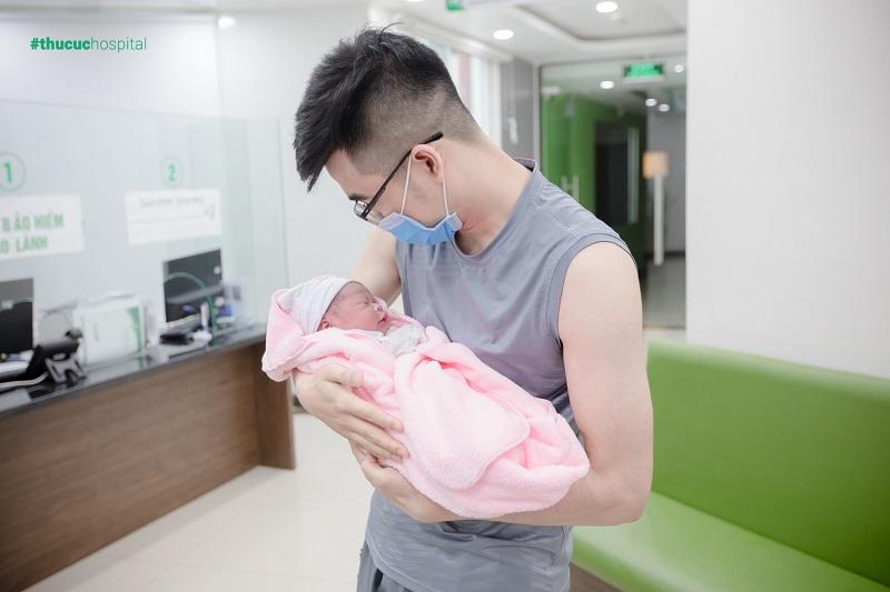 Có một người luôn thường trực ngoài phòng sinh, đó chính là bố của bé.