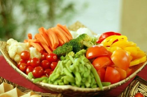 Những thực phẩm rau củ sạch rất cần thiết cho những ai đang lên kế hoạch mang thai. Tuy nhiên, bạn hãy cực kỳ cẩn thận với hàm lượng thuốc trừ sâu có trong các loại rau quả nhé, vì nó có thể làm giảm chất lượng tinh trùng, đồng thời ức chế chức năng buồng trứng và làm gián đoạn chu kỳ kinh nguyệt nữa đấy.  Chế độ ăn trái cây tươi hàng ngày thật sự thiết yếu đối với tất cả mọi người, chứ không chỉ giành riêng cho những cặp vợ chồng đang muốn có con. Trái cây có chất chống oxy hóa cao giúp bảo vệ tế bào, tinh binh và trứng. Đào, nho khô và mơ là những loại trái cây giàu chất chống oxy rất tốt.
