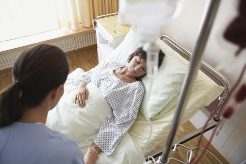 Trước khi cắt bỏ tử cung, người bệnh cần bàn bạc và thảo luận kỹ với bác sĩ, hỏi ý kiến người thân.