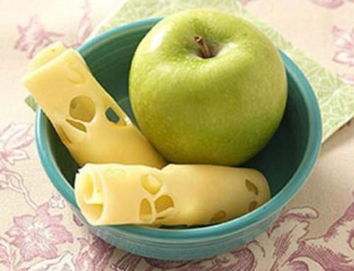 Táo chứa chất xơ không hòa tan, chống táo bón và cả chất xơ hòa tan, có tác dụng giảm cholesterol. Ngoài ra, một miếng phômai giàu protein ăn sau khi ăn táo sẽ giúp bà bầu có thêm dinh dưỡng.