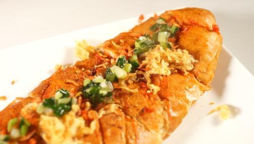 Bánh mỳ nướng theo công thức cổ điển của Ý, có chứa chuối với 300kalo và 3g chất béo có trong một lát bánh. Đây là món ăn vặt có lợi cho bà bầu nghén ngọt.