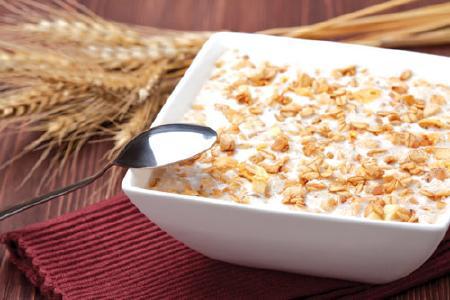 Giàu canxi và protein, sữa chua là thực phẩm gần như hoàn hảo khi mang thai. Một số loại sữa chua chứa vi khuẩn sống, có lợi cho tăng cường tiêu hóa. Ngũ cốc nguyên hạt có ít nhất 5g chất xơ và ít hơn 6g đường trong mỗi khẩu phần. Trộn sữa chua với ngũ cốc rồi thưởng thức.