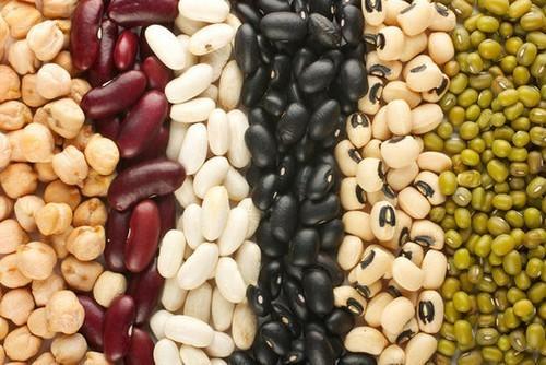 Đậu là nguồn thực phẩm tốt cho cả mẹ và bé vì đậu có chứa các thành phần dinh dưỡng được tìm thấy trong các sản phẩm từ động vật. Đậu cũng rất giàu kẽm – một khoáng chất cần thiết giúp giảm nguy cơ sinh non, sinh nhẹ cân hoặc kéo dài thời gian chuyển dạ. Ngoài ra, mẹ bầu có thể bổ sung thêm các thực phẩm chứa nhiều kẽm khác như thịt gà, sữa, ngũ cốc, hạt điều, đậu Hà Lan, cua và sò.