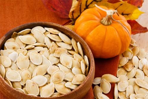 Các loại hạt dưa, hạt bí mà chúng ta vẫn thấy thường ngày như hạt bí đỏ, hạt dưa hấu,… không ít thì nhiều đều có tác dụng nhất định đối với sự phát triển trí thông minh của thai nhi. Phụ nữ mang thai ăn hạt bí, hạt dưa không chỉ dễ ăn, ngon miệng mà còn được cung cấp nhiều khoáng chất như sắt, kali, vitamin, chất béo và calo... những chất dinh dưỡng thiết thực cho cơ thể hàng ngày. Ngoài ra, ăn hạt dưa, hạt bí còn giúp mẹ bầu giảm bớt nguy cơ bị trầm cảm và cảm thấy thoải mái, đầu óc tỉnh táo, minh mẫn hơn.