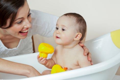 Mẹ không nên tắm rửa quá kỹ ở bộ phận sinh dục của bé, từ 3 tuổi nên để bé tắm riêng