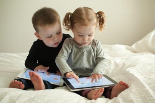 Việc tiếp xúc với internet sớm sẽ khiến bé dễ bị kích thích bởi các nội dung đồi trụy