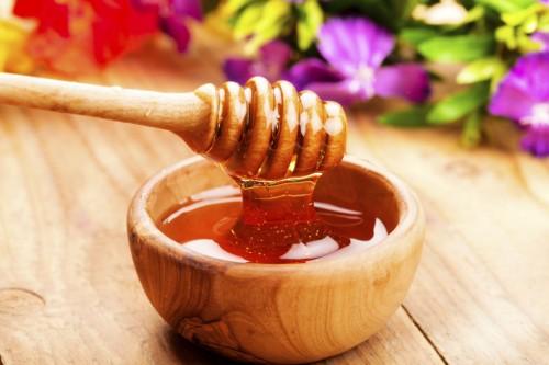 Nhiều nghiên cứu đã chỉ ra rằng, mật ong là phương thuốc trị cảm cúm an toàn và hiệu quả. Mật ong có tính kháng khuẩn tự nhiên, cùng hoạt chất albumin và axit panthoteni kích thích tái tạo tế bào mới. Do đó, mật ong sẽ có công hiệu trong việc phòng tránh cảm cúm cho bạn.
