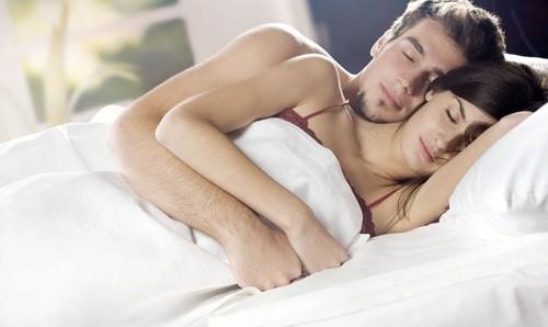 Chị em có thể bị tái phát bệnh phụ khoa do lây nhiễm từ bạn tình