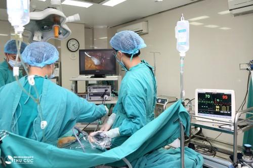 U nang buồng trứng xoắn hoặc chèn ép lên các vùng xung quanh cần điều trị bằng phẫu thuật