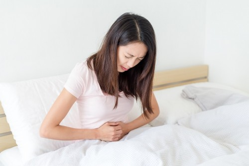 Trước kỳ nguyệt san, chị em thường có biểu hiện đau bụng dưới âm ỉ, ngực căng tức, thân nhiệt tăng nhẹ