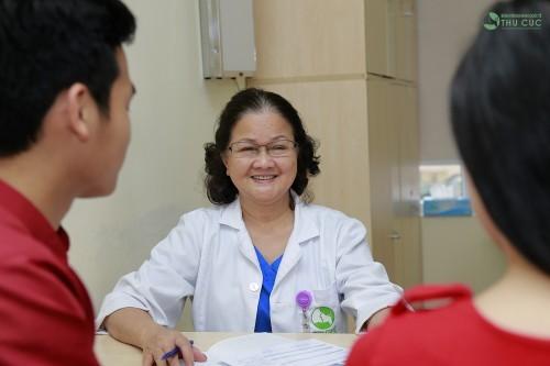 Bác sĩ thăm khám và tư vấn cho các cặp vợ chồng