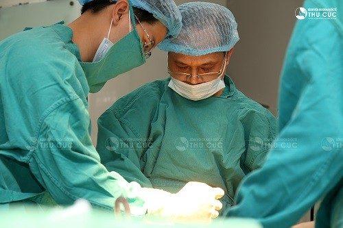 Hoặc điều trị phẫu thuật cắt và đốt chân polyp để ngừa tái phát