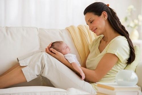 Ngoài chế độ ăn uống, người mẹ cần nghỉ ngơi nhiều, tránh mọi căng thẳng thần kinh và không cáu giận, tự tạo cho mình sự thoải mái vì sự căng thẳng tinh thần ảnh hưởng rất xấu tới quá trình tạo sữa.