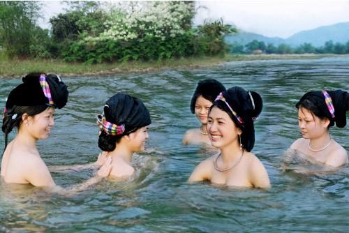 Tắm sông suối, sử dụng nguồn nước vệ sinh không đảm bảo khiến chị em dễ bị nấm âm đạo