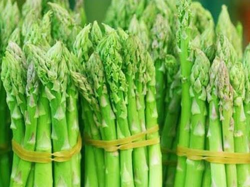 5 cây măng tây chứa đến 1.000mg axit folic. Tuy nhiên khi chế biến loại thực phẩm này không nên nấu quá lâu khiến mất đi lượng dưỡng chất này. Măng tây cũng không chứa chất béo hay cholesterol và dồi dào kali, chất xơ, nên đây là thực phẩm tốt cho mẹ bầu.