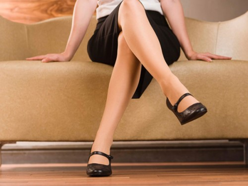 Tư thế ngồi vắt chéo chân không tốt cho bà bầu trong suốt quá trình mang thai