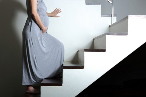 Leo cầu thang ảnh hưởng không tốt đến sự phát triển của thai nhi