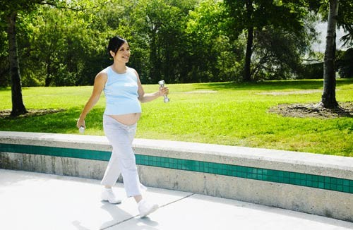 Đi bộ thường xuyên mỗi ngày giúp cải thiện chứng đau xương mu khi mang thai