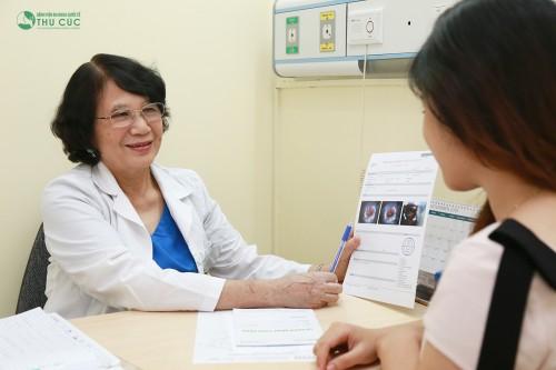Bác sĩ đọc kết quả và tư vấn về trường hợp của bệnh nhân