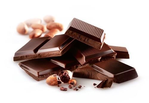 """Trong những ngày """"đèn đỏ"""" thì socola đen là lựa chọn hoàn hảo cho chế độ ăn uống của bạn. Nhờ có các chất chống oxy hóa mà socola đen giúp tăng lượng serotonin (một hormone điều chỉnh tâm trạng của bạn) khiến bạn cảm thấy thỏa mái và dễ chịu hơn. Vì vậy, bạn nên ăn socola đen trong thời kỳ kinh nguyệt sẽ còn làm cho bạn giảm những cơn đau bụng kinh không mong muốn."""