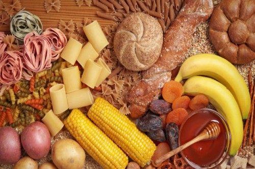 Carbonhydrate tổng hợp rất dồi dào trong các trái cây, rau và ngũ cốc. Trong thời kỳ kinh nguyệt, bạn có thể thêm vào bữa ăn của mình cà rốt, mơ, cam, mận...Những loại thực phẩm này sẽ làm giảm bớt cảm giác thèm đường khá cao của bạn trong thời gian này. Nhờ đó, bạn sẽ giảm nguy cơ thèm ăn và tránh sự đầy bụng