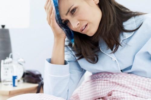 Chị em nên chú ý nếu thấy cơ thể sốt, sản dịch tiết nhiều hơn bình thường, có màu nâu đen hoặc đỏ tươi