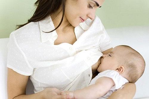 Cho con bú ngay sau sinh là một biện pháp giúp nhanh chóng hết sản dịch