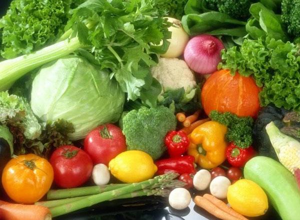 Nếu muốn có một cơ thể khỏe mạnh, bạn không thể bỏ quên rau xanh và trái cây trong bữa ăn hằng ngày của mình. Những loại rau quả có màu xanh đậm chứa nhiều vitamin B6, vitamin C được tìm thấy trong những loại rau màu đỏ hoặc xanh lá, những loại rau củ có màu đỏ, cam rất giàu vitamin A…