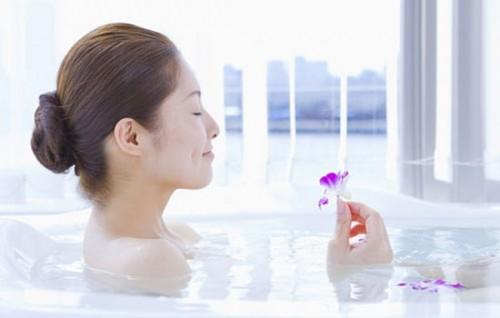 Vệ sinh vùng kín đúng cách, không nên dùng sản phẩm vệ sinh vùng kín có mùi hương.