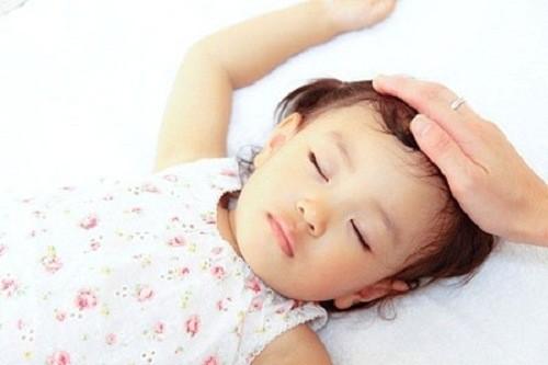 Trẻ sốt cao đột ngột, sốt liên tục, mặt ửng đỏ là một trong những dấu hiệu.
