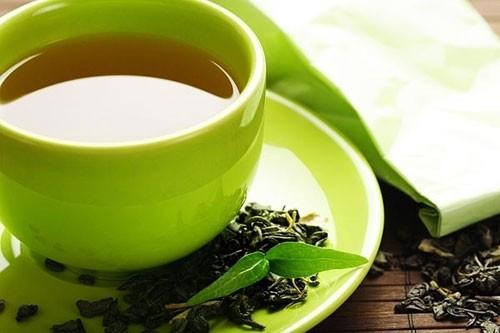 Dùng trà xanh xông hơi, rửa vùng kín và kết hợp uống nước trà xanh hàng ngày.