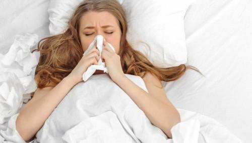 Trong tháng đầu thai kỳ, nếu mẹ bầu có những biểu hiện cúm thông thường như sổ mũi, ho… thì đừng quá lo lắng