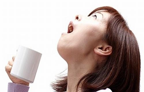 hi có những cơn ho đầu tiên, hãy can thiệp với nước muối bằng cách súc miệng 3 – 5 lần trong ngày