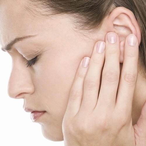 Sống ở một môi trường quá ồn ào cũng có thể là nguyên  nhân khiến mẹ bầu bị ù tai