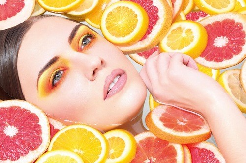 Có chế độ dinh dưỡng phù hợp, giàu vitamin và khoáng chất có từ rau quả, trái cây, sữa để chăm sóc làn da đẹp tự nhiên.