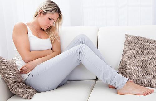 Chậm kinh kèm đau bụng dưới là tình trạng khiến các chị em lo lắng.