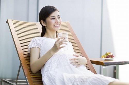 Mẹ bầu chú ý uống nhiều nước trong ngày.