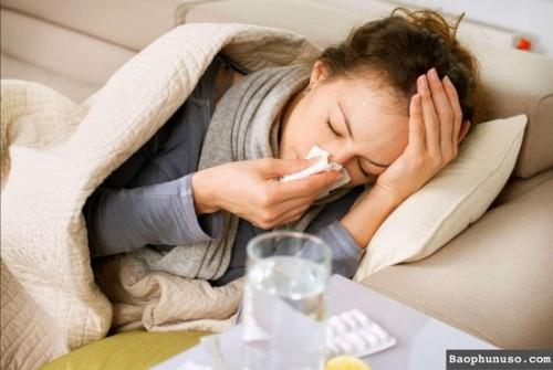 nên chồng nhiều gối lên và kê gối cao khi nằm ngủ nhằm giảm nghẹt mũi.
