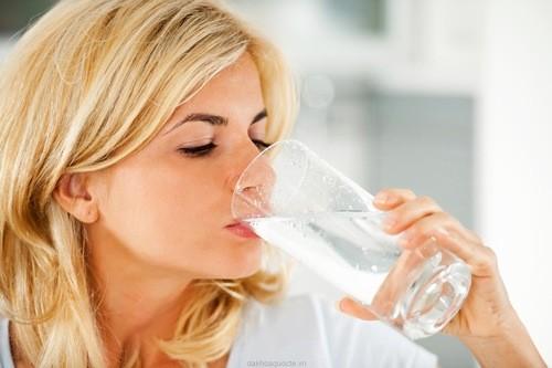 Thai phụ nên uống đủ nước hàng ngày để giúp cơ thể bài tiết tốt tránh nước tiểu ứ đọng ở bàng quang, hạn chế được viêm nhiễm