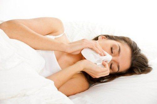 khi bị cảm cúm, mẹ rất lo lắng và tìm tới các phương pháp điều trị không dùng thuốc.