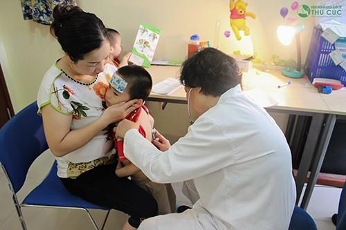 Cha mẹ cần đưa trẻ đi khám và tuân thủ đúng chỉ định điều trị của bác sĩ.
