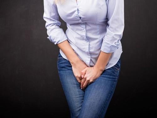 Đau nhói khi đi tiểu là một trong những triệu chứng điển hình của nhiễm trùng đường tiểu