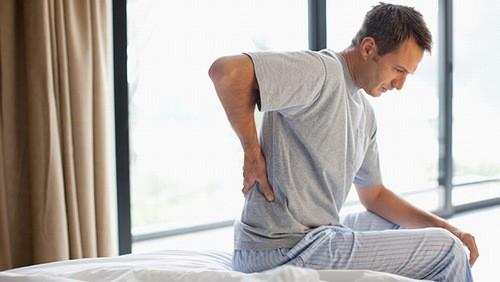 Bên cạnh những bất thường khi tiểu tiện, đau lưng là một trong những triệu chứng thường gặp của bệnh