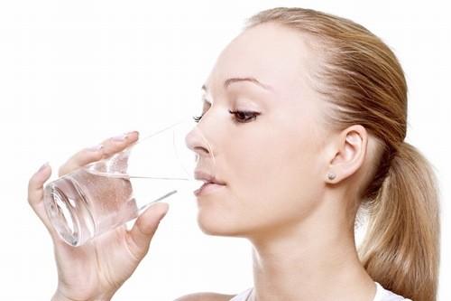 Uống từ 2-2.5 lít nước mỗi ngày, bổ sung thêm các loại nước hoa quả để lợi tiểu.