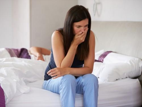 Kỳ kinh nguyệt kéo dài, kèm những cơn đau, ra máu giữa chu kì kinh nguyệt... có thể là dấu hiệu cảnh báo bệnh lây qua đường tình dục