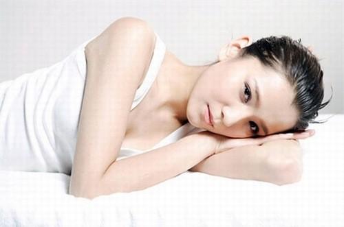Người bệnh có những triệu chứng đặc trưng như khí hư trắng đục, thành mảng và bám  vào thành âm đạo, thường không hôi.