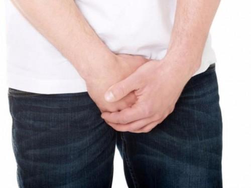 Viêm bao quy đầu sưng tấy và vùng da quy đầu nóng rát, xuất hiện mụn li ti, kèm triệu chứng ngứa ngáy vùng kín,