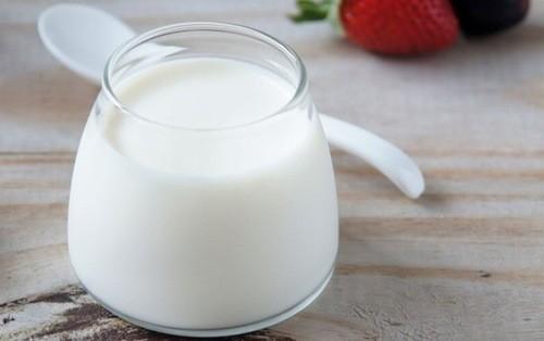 Sữa chua có hàm lượng probiotic và axit lactic, trong khi hoạt tính probiotic sẽ giúp kích thích phát triển của vi khuẩn có lợi thì axit lactic sẽ hạn chế các vi khuẩn có hại